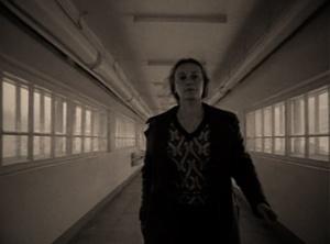"""""""ЗЕРКАЛО"""". Новелла вторая - В ТИПОГРАФИИ. Мать быстрым шагом проходит через глубинную перспективу галереи - марширует солдат, выполнивший приказ. Звучат стихи Арсения Тарковского - будто сочувствующие."""