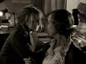 """""""ЗЕРКАЛО"""". Новелла вторая - В ТИПОГРАФИИ. Маша плачет за своим рабочим столом. Елизавета Павловна - Алла Демидова - ее утешает: """"Ну, что ты плачешь, ведь ничего не случилось""""."""
