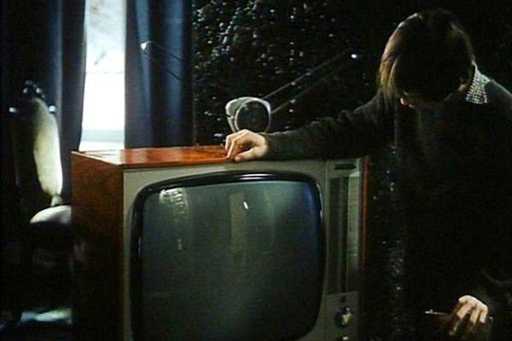 ПРОЛОГ. Игнат (сын главного героя фильма Алексея) включает телевизор. Показывается сеанс гипноза, после которого заика начинает говорить. Прием для зрителей неожиданный, заставляющий насторожиться...