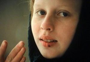 Девочка с запекшимися от простуды губами улыбается. Это - награда военруку от утраченного человеческого счастья.