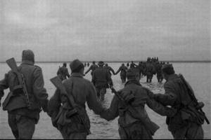 Солдаты переходят через Сиваш. Тяжелые, мучительные, медленно сменяющие друг друга документальные кадры – кажется, еще и нарочно замедленные режиссером, чтоб передать тяжесть и медленность солдатского пути.