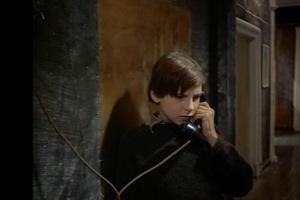 Отец звонит Игнату по телефону, беспокоясь, как там он - один...