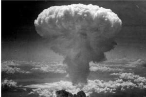 Идущий за праздничным кадр показывает взрыв атомной бомбы в НАГАСАКИ, произведенный Вооруженными силами США 9 августа 1945 года на завершающем этапе Второй Мировой войны.