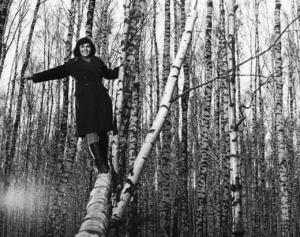ЛИРИЧЕСКАЯ ЛИНИЯ ФИЛЬМА - головы кружение в березовом лесу прекрасном, что оказалось напрасным, так как ВОЙНА - ТА СИЛА, ЧТО ВСЕ ОБРАЩАЕТ НЕБЫТИЕМ... Маша - Валентина Малявина.