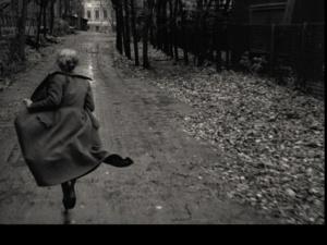"""""""ЗЕРКАЛО"""". Новелла вторая - В ТИПОГРАФИИ. Мать бежит на работу, или летит встревоженной птицей, будто что-то страшное случилось..."""