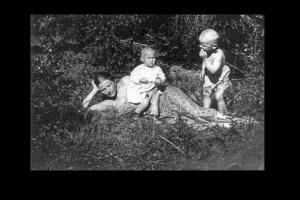 Фото. Мария Ивановна Вишнякова с детьми - Мариной и Андреем Тарковскими. 1935 год. Лежит на траве красивая женщина с холмисто-равнинными линиями тела, с классически строго очерченным лицом...