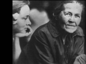 """Рабочие моменты в съемке фильма """"Зеркало"""". Мария Вишнякова, играющая саму себя, и Маргарита Терехова, играющая молодую мать и ее невестку Наталью. 1974 год. Все говорили, что Терехова внешне похожа на свой прототип."""