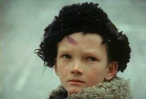 Военрук строго выговаривает мальчонке за то: что он стрелял неведомо куда....