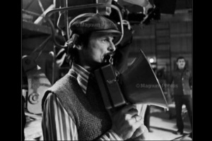 Великолепный портрет Андрея Тарковского за работой в павильоне.