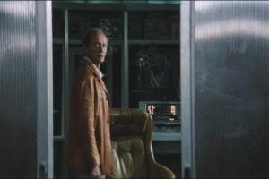 Дверь в кабину Снаута (Юри Ярвет) открыта. Кельвин видит странную картину: Снаут с кем-то разговаривает, чего-то требует, как-то жестикулирует. И эти невозможные звуки...