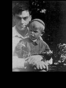 Фотопортрет Арсения Тарковского с сыном Андреем. 1935 год.
