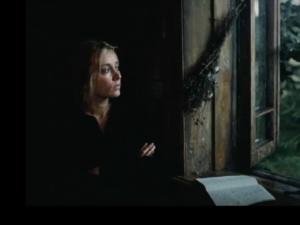 """""""ЗЕРКАЛО"""". Новелла первая - НА ХУТОРЕ В ТО САМОЕ ЛЕТО. Второй эпизод новеллы: ПОЖАР. Мать смотрит на сказочный мир за окном.. Мир сохранился. В ее душе гармонии нет..."""