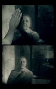Мать в возрасте, смотрящая на себя молодую из иномирья зеркал...