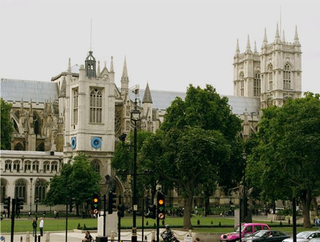 Северо-западная башня церкви Св. Маргарет на фоне Вестминстерского аббатства