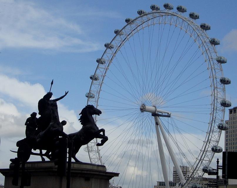"""Скульптурная группа """"Боудикка с дочерьми на колеснице"""", установленная в Лондоне на берегу Темзы"""