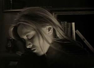 """В """"разборке"""" у чрезвычайно обаятельной Натальи появляется отталкивающее выражение лица, каким оно было после того, как она переступила через НЕДОЗВОЛЕННОЕ ЕЕ ВНУТРЕННЕЙ ПРИРОДОЙ - петуха она убила... УБИЛА..."""