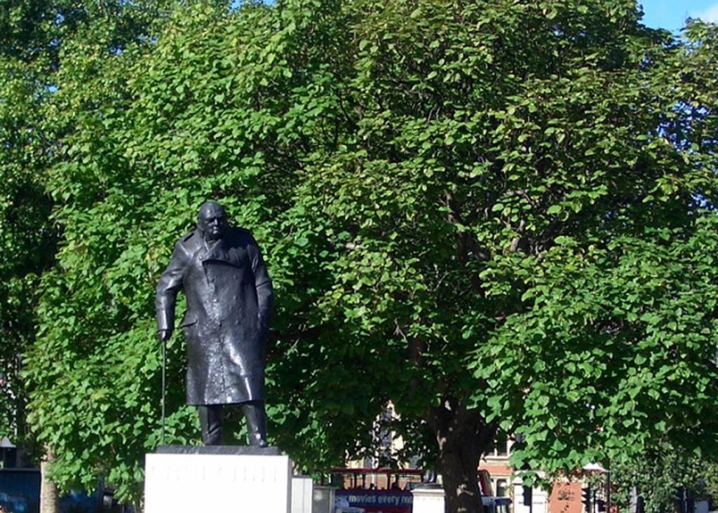 Памятник Черчиллю на площади Парламента