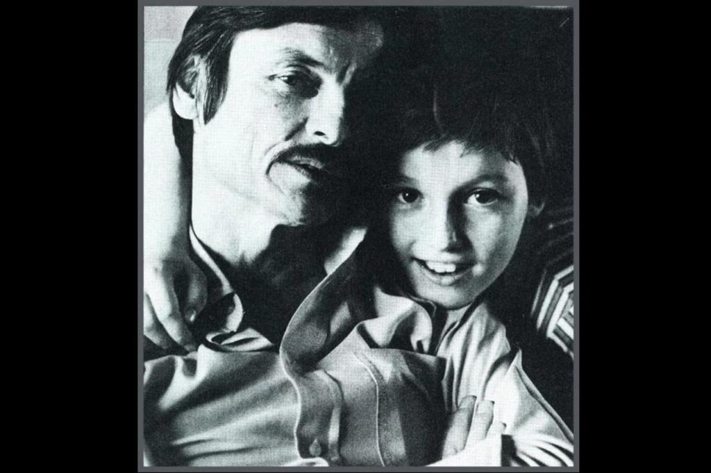 Андрей Тарковский со своим вторым сыном - тоже Андреем. Им вместе очень хорошо. Сын сегодня - режиссер документального кино. По велению отца, он стал его душеприказчиком - заведующим Фондом Тарковского.во Флоренции.