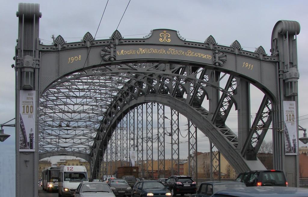 И вдруг - событие исторической важности: мосту исполняется 100 лет. Его чистят, одну из башен открывают. Хотите посмотреть? Вперед...
