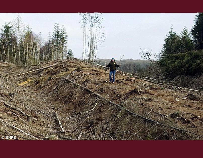 """Дорога, сооруженная древними римлянами, была обнаружена в лесу в графстве Дорсет, Британия. Она соединяла Лондон - """"Лондиниум"""" - с Эксетером - """"Иска"""". Ее ширина составляла 26 м, а высота – 4,5 м."""