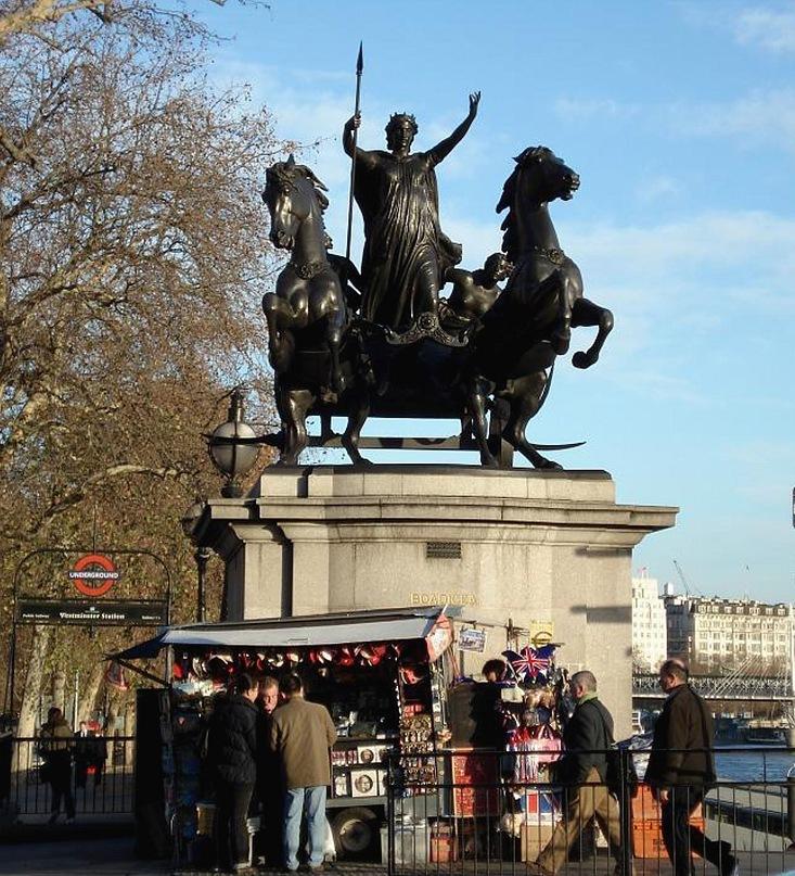 """Скульптурная группа """"Боудикка с дочерьми на колеснице"""", установленная в Лондоне на берегу Темзы в XIX веке."""