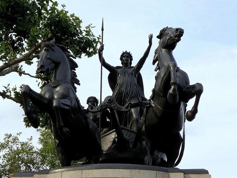 """Скульптурная группа """"Боудикка с дочерьми на колеснице"""", установленная на берегу Темзы возле Вестминстерского дворца"""
