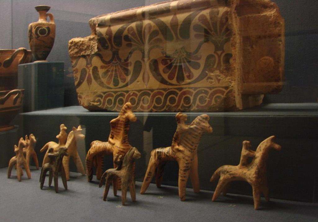 Национальный Археологический музей в Афинах. Игрушечные коники с всадниками - экспонаты VII века до н.э.