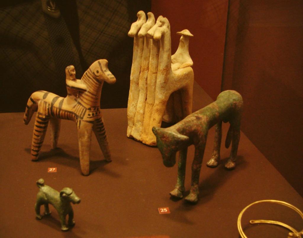 Национальный Археологический музей в Афинах. Все экспонаты - VII века до н.э. Квадрига с возничим - из терракоты.