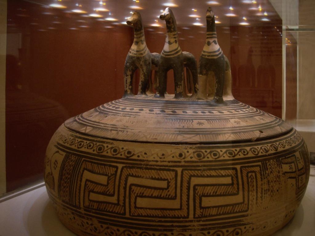 Национальный Археологический музей в Афинах. Сосуд с крышкой для хранения предметов -  экспонат VI века до н.э.