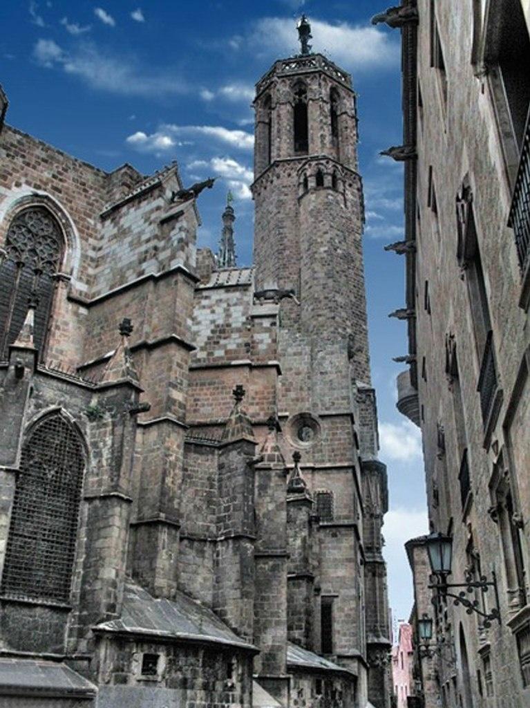 Слева - апсида Кафедрального собора в Барселоне, завершенного в середине XV века размещением горгулий на контрфорсах и не только там... Здания справа не замечаем.