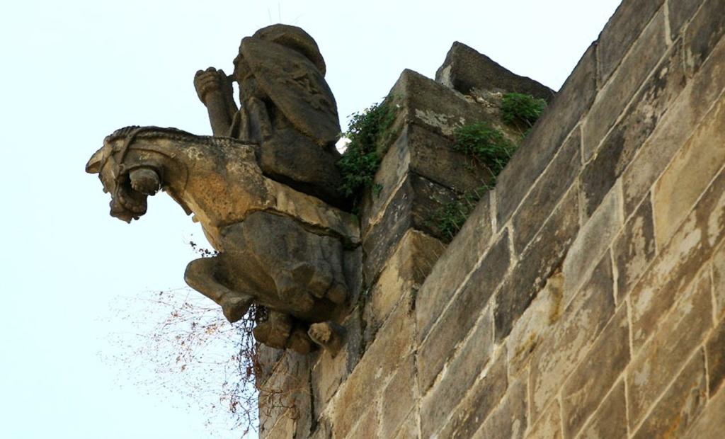 Горгульи Кафедрального собора в Барселоне. XV век. Всадник на боевом коне после реставрации - идальго!