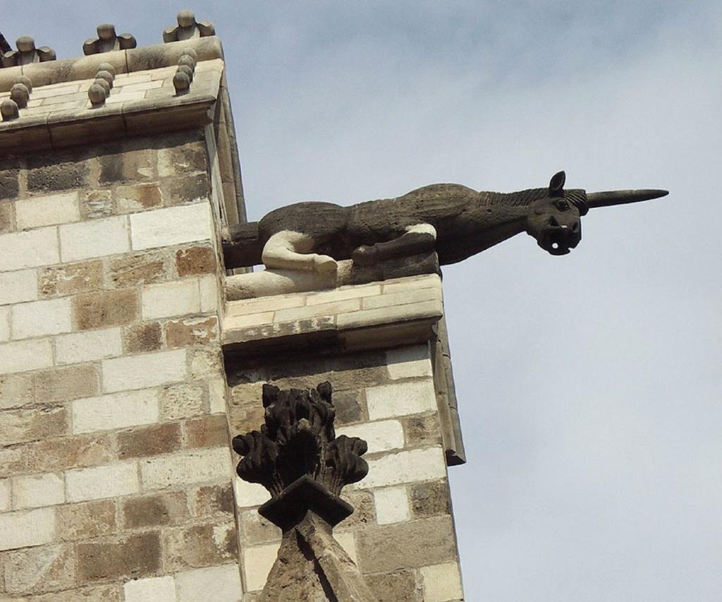 """Горгульи Кафедрального собора в Барселоне. XV век. Единорог - образец """"окаменелой нечисти"""": мифическое существо в виде коня c одним рогом, выходящим изо лба."""