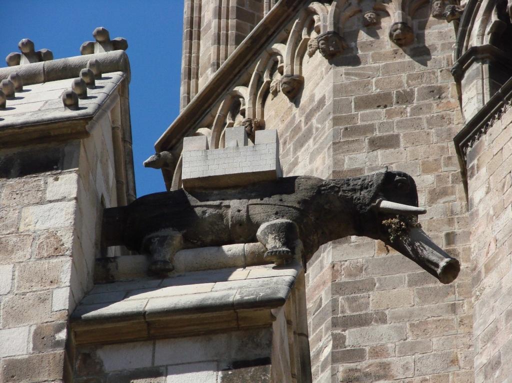 """Горгульи Кафедрального собора в Барселоне. XV век. Слон - образец """"окаменелой нечисти"""": земное существо, держащее на своей спине башню - символ Мироздания, основанного по законам Разума, Добра, Красоты..."""