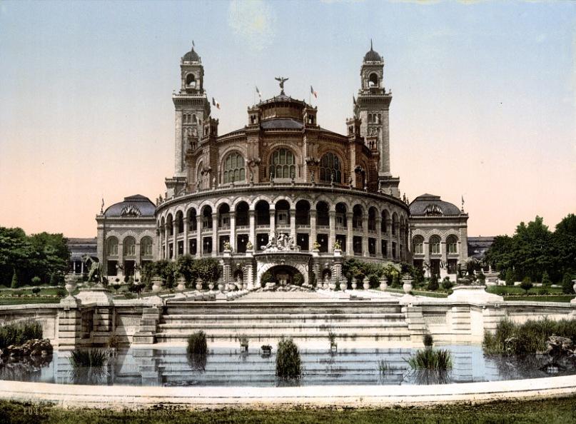 Дворец Трокадеро был сооружен по случаю Всемирной выставки 1878 года. Дворец представлял собой обширное здание длиной 706 метров с двумя флигелями и двумя башнями, построенный в стиле «мавров» с элементами византийской архитектуры.