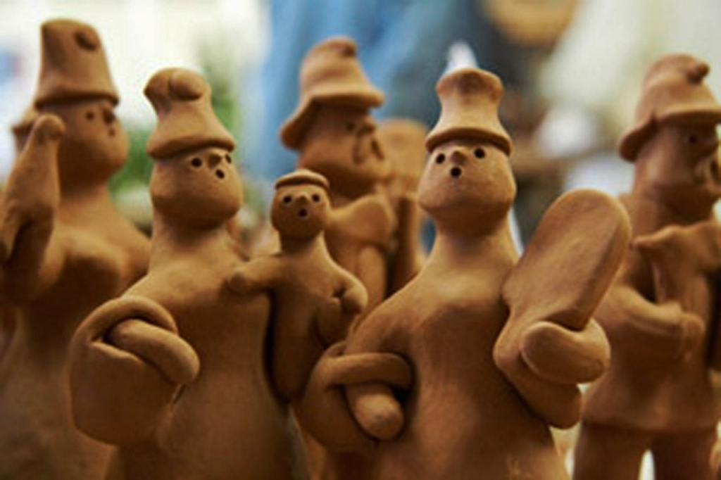Каргопольские игрушки из глины - XX век. Семейство кентавров - большое, дружное и дружественное по отношению к нам..