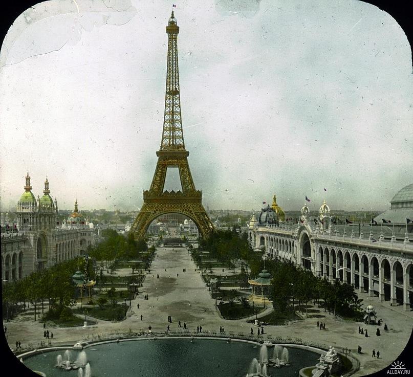 Вид на Эйфелеву башню с противоположной стороны Сены. Справа и слева от оси, идущей от дворца Трокадеро, стоят главные павильоны Всемирной промышленной выставки 1900 года