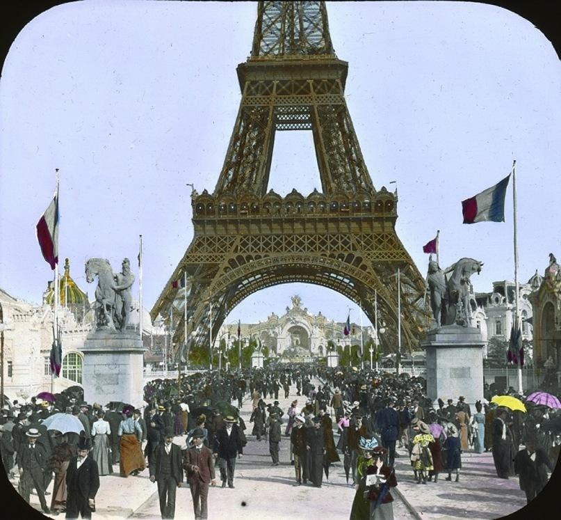 """Всемирная выставка в Париже 1900 года. В центре, и внимания тоже, - Эйфелева башня. Вокруг - выставочные павильоны различных стран, в основном, в """"мавританском стиле"""" - всё разрешающем из-за неопределенности содержания этого понятия"""