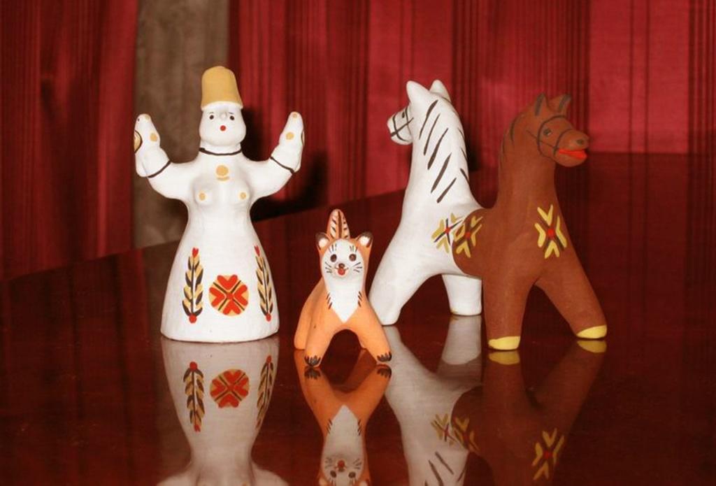 """Каргопольские игрушки из глины - XX век. Справа - фигурка """"ТЯНИ-ТОЛКАЯ"""", одна половина которого окрашена в белый цвет, другая - просто глиняная.  Что это за существо и есть ли у него родственники в Греции?"""