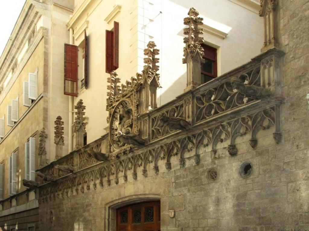 Служебный фасад дворца Женералитат , что выходит на Бизбе-Иррурита или Епископскую улицу. Автор вполне средневекового фасада - Марк Сафонт, выполнивший заказ в 1416 году.