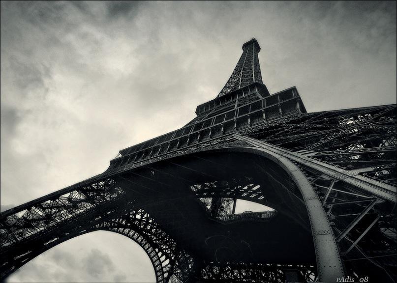 Э́йфелева ба́шня — самая узнаваемая архитектурная достопримечательность Парижа, всемирно известная как символ Франции, названная в честь своего конструктора Густава Эйфеля. Сам Эйфель называл её просто — 300-метровой башней. 1887 - 1889