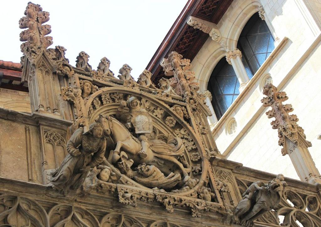 Аттик служебного фасада дворца Женералитат, что выходит на Каррер дель Бизбе Ирурита, в его первоначальном великолепии. В центральную композицию аттика включен покровитель Каталонии - средневековый Святой Георгий, побеждающий дракона.