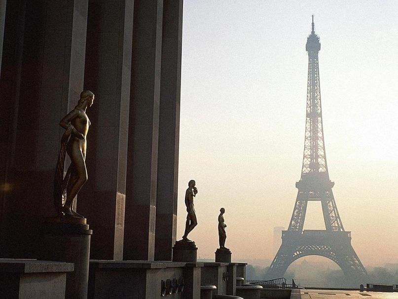 Вид на Эйфелеву башню с центральной площадки между двумя корпусами дворца Шайо, построенного в 1937 году для очередной Всемирной выставки на месте Тракадеро. Новый - брутальный по формам - дворец позволяет ощутить грандиозное изящество Парижской доминанты