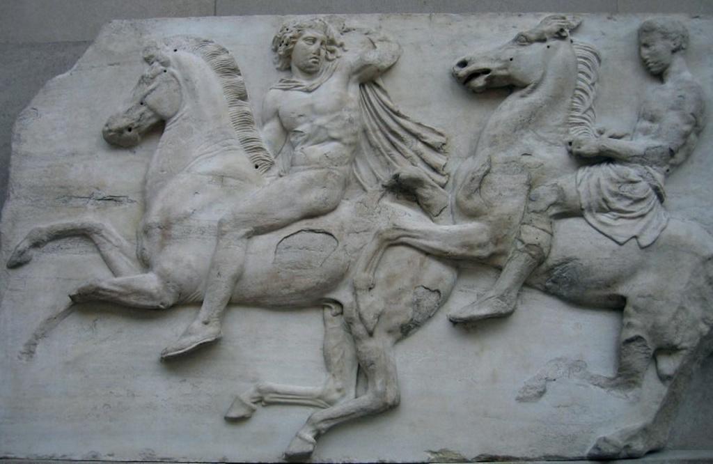 """Парфенон. Фриз целлы с изображением """"Панафинейской процессии"""". Общая длина фриза - 160 метров, высота барельефов - 1 метр. Фриз поднят над уровнем стилобата на 11 метров. Всего во фризе было около 350 пеших и 150 конных фигур."""