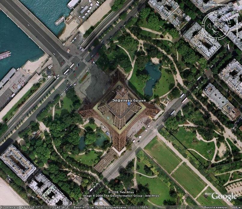 Вид на Эйфелеву башню с высоты птичьего полета... Обратите внимание, как точно выставлено сооружение по странам света