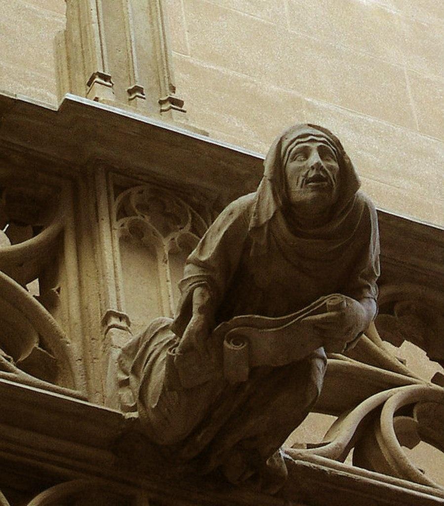 Аттик служебного фасада дворца Женералитат, что выходит на Каррер дель Бизбе Ирурита. Горгулья со свитком в руках.
