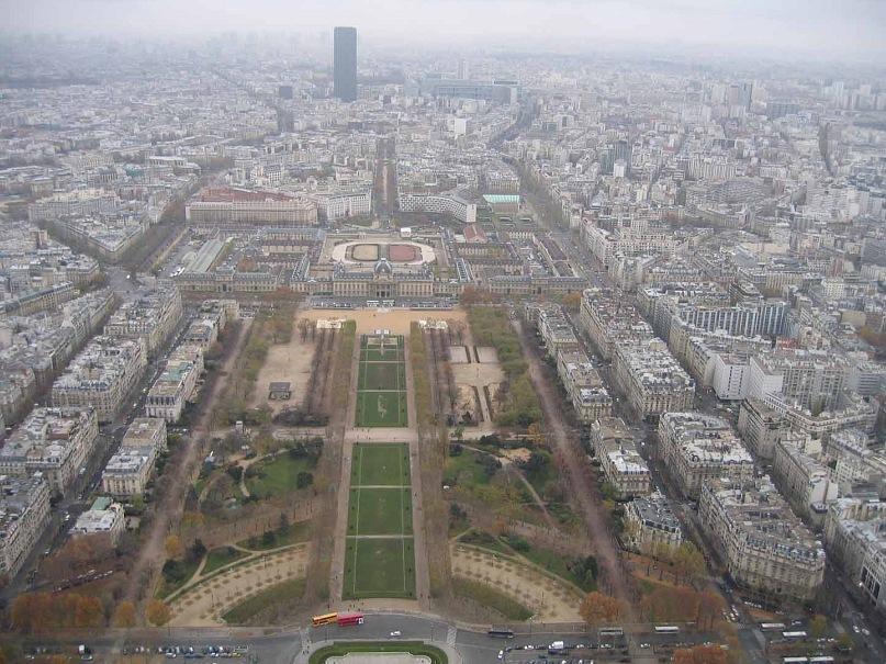 Вид с Эйфелевой башни на Марсово поле (фр. Champ de Mars) — общественный парк в 7-м округе Парижа, между Эйфелевой башней с северо-запада и Военной школой с юго-запада. Находится в западной части города, на левом берегу Сены.