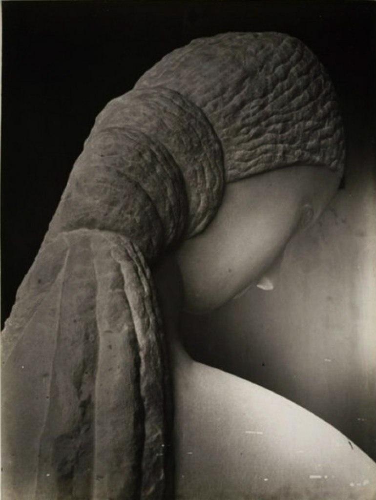 """Константи́н Бранку́зи (1876, с. Хобица - 1957, Париж) — французский скульптор румынского происхождения. Скульптура """"Женщина, смотрящая в зеркало"""" (1915)."""