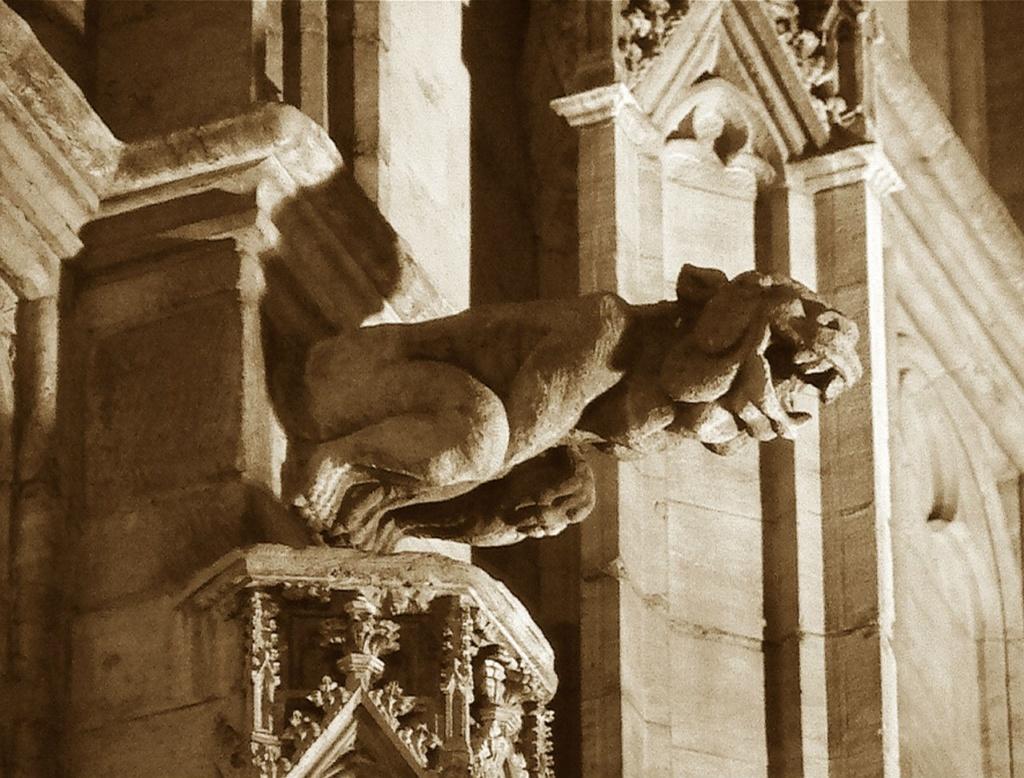 Барселонская горгулья неведомой породы. Голая, с огромной головой, заходящаяся в смехе. Над чем?