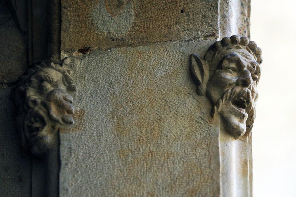 Лики на входной арке служебного фасада Дома Каноников (XI век), что пытаются выбраться из камня и обрести полноценное бытие. Став горгульями-чудовищами? Оставшись мучениками навсегда?