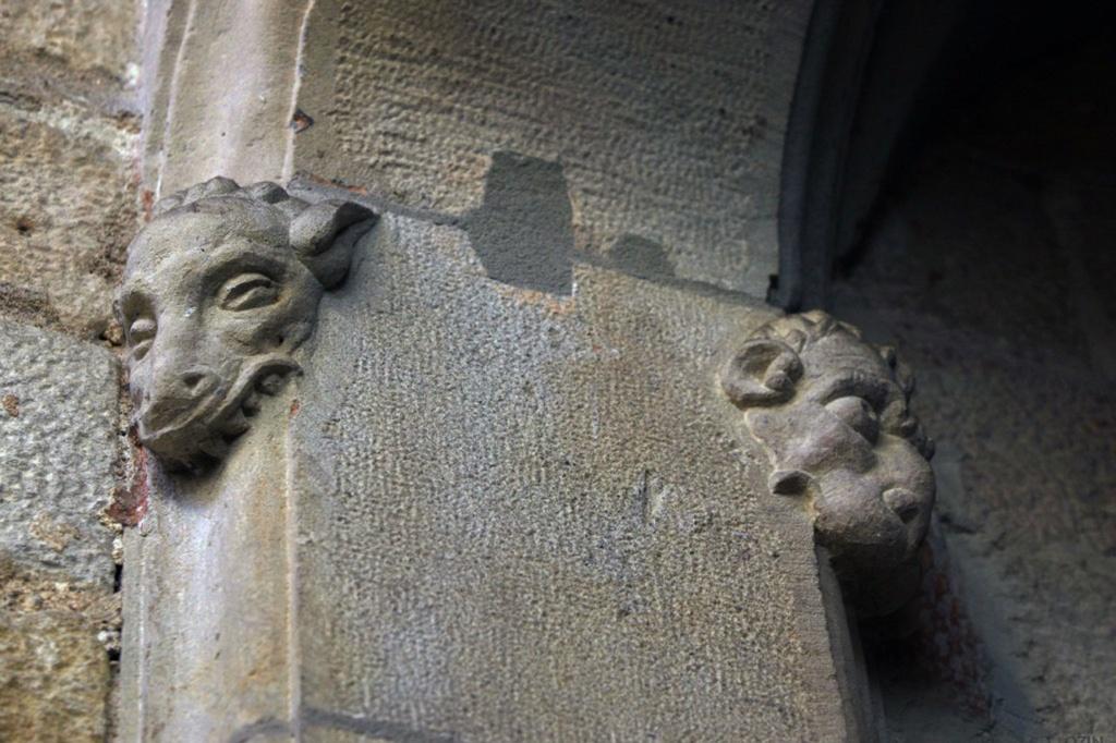 Лики на входной арке служебного фасада Дома Каноников (XI век), что пытаются выбраться из камня и обрести полноценное бытие, похоже, .став горгульями-чудовищами с искореженными тельцами на кривых когтистых ногах... Брысь отсюда - здесь не место